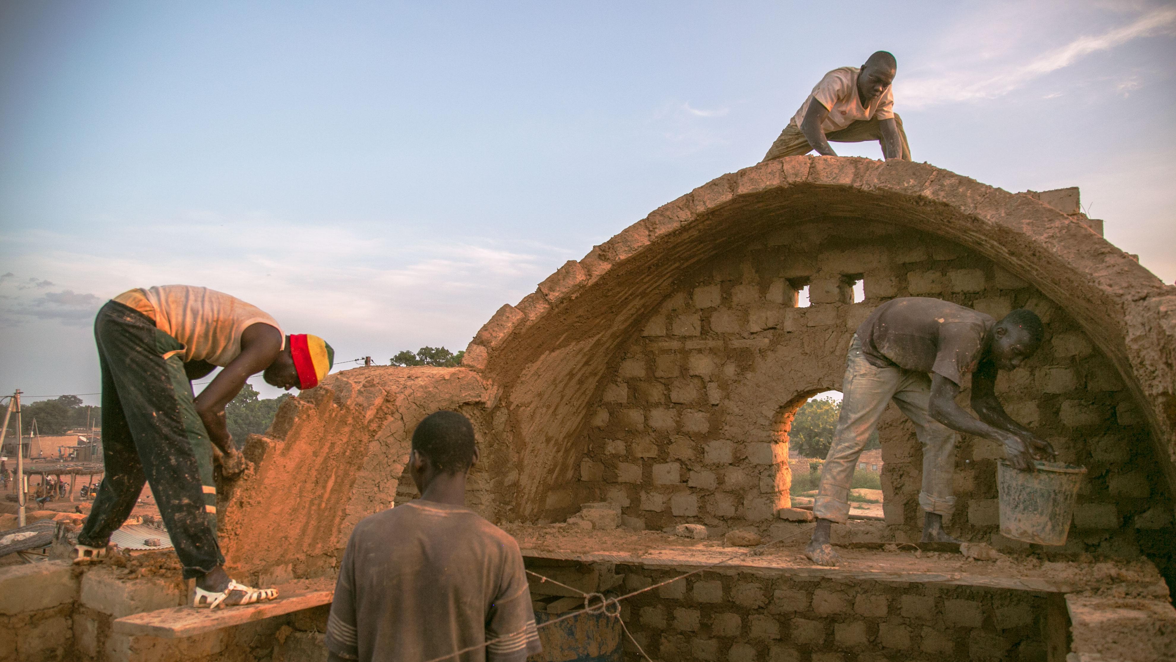 Building_a_house_-_Earth_Roofs_in_the_Sahel_Program.jpg