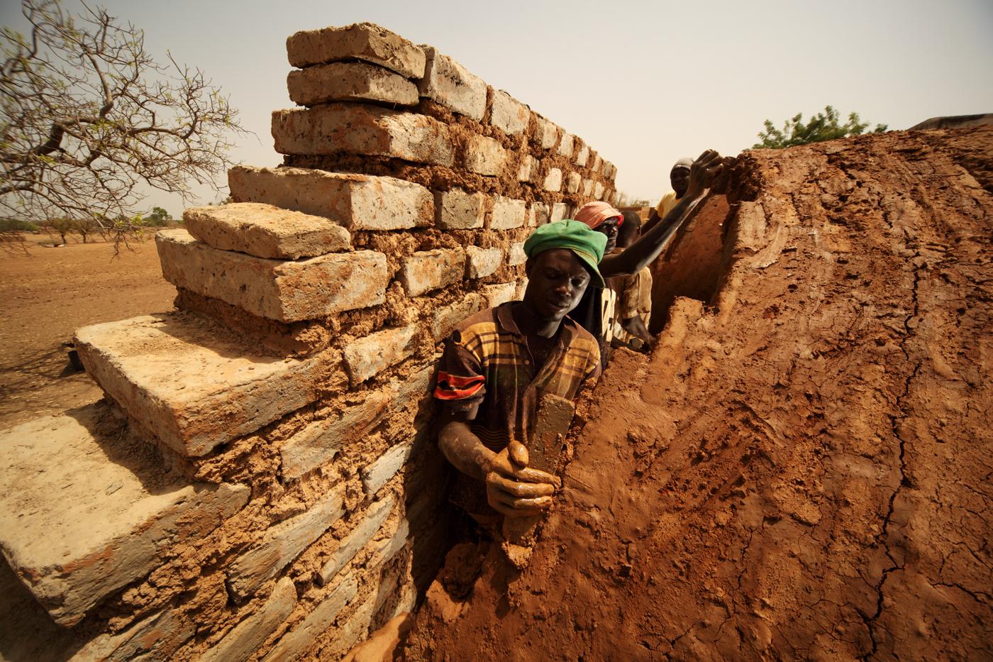 Laying_bricks_-_Earth_Roofs_in_the_Sahel_Program.jpg