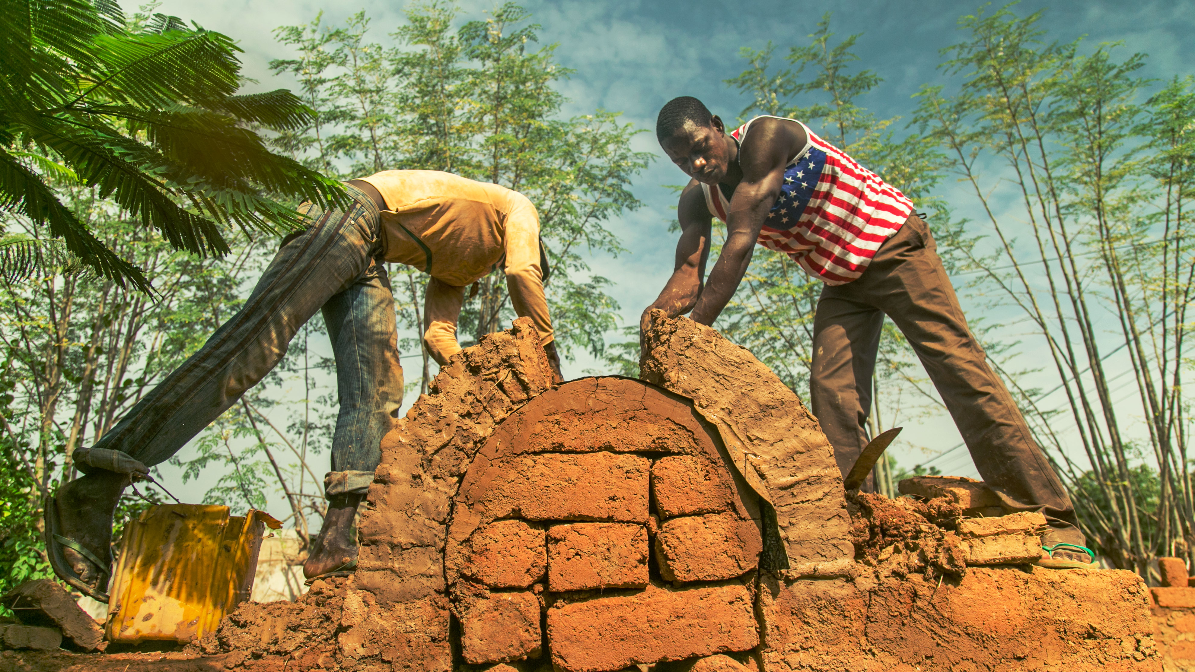 Two_construction_workers_building_an_Earth_Roof_-_Earth_Roofs_in_the_Sahel_Program.jpg