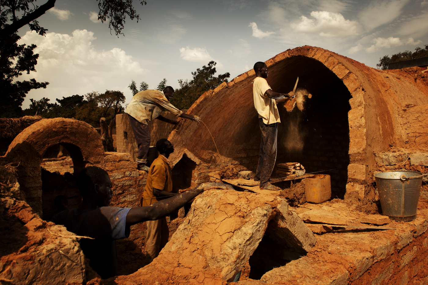 Working_together_on_construction_of_a_house_-_Earth_Roofs_in_the_Sahel_Program.jpg